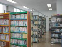 中央公民館図書室の写真。書棚がいくつも並んでいる。