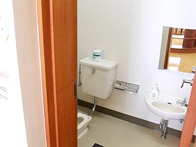 絵本コーナーにある子供用トイレ