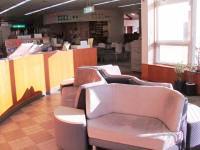 陽だまりコーナーの写真。暖かい日差しが差し込むスペースに、座って本が読めるソファが置いてある。