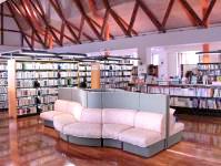 図書室の写真。書棚が複数並んでおり、手前にソファーが置いてある。
