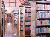 図書室の写真。書棚が複数並んでいる。