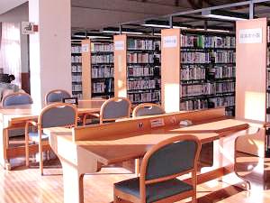 図書室の閲覧コーナーの写真。4人掛けのテーブル。