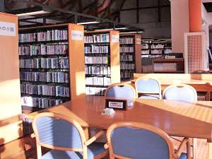 図書室の閲覧コーナーの写真