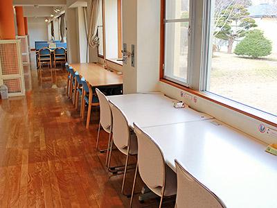 まなぼっとの写真。窓に向かって机が並んでいて、勉強ができるスペース。
